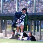 Baggio-raccoglie-la-sciarpa-della-Fiorentina